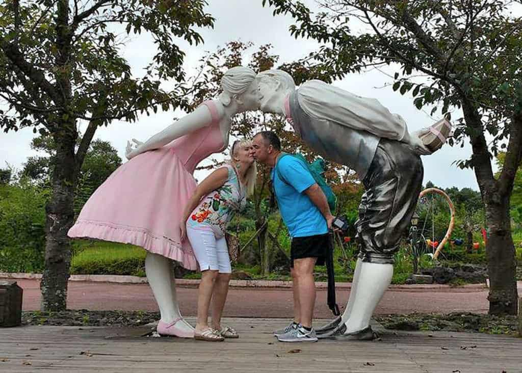 the kissing statues
